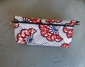 Trousse à maquillage en tissu africain (wax), en coton, motifs ibiscus bordeaux et bleu foncé, fond blanc
