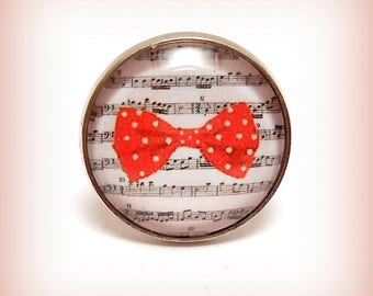 """""""Partition and chic red bow!"""" round Cabochon ring"""