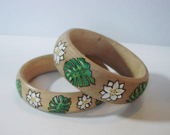Bracelet tropical wood, pyrographed and painted by hand.