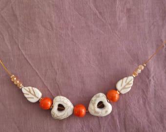 Collier Coeurs : coeurs, feuilles et perles oranges