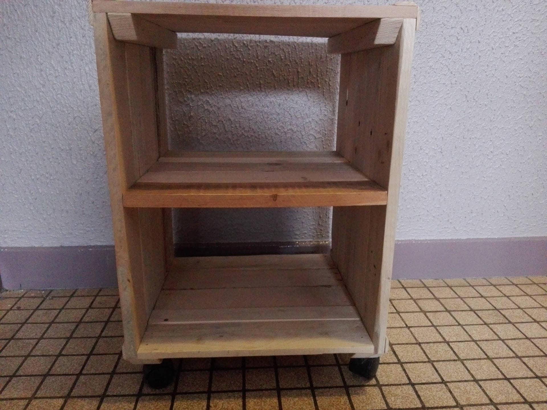 petite table sur roulettes en bois de palette pour chambre ou. Black Bedroom Furniture Sets. Home Design Ideas