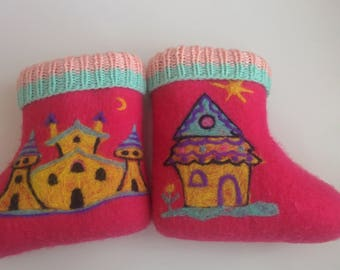 """Pink felt boots for child """"Houses"""""""