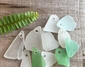 MEERJUNGFRAU TRÄNEN... 11 echten Meer Glasstücke, 3 mm Löcher, weiß Aqua grünen Perlen, Schmuck Zubehör nautischen Strand tropische Hochzeit Anhänger