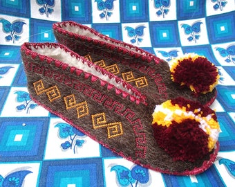 Greek Slippers Size 43 / leather / wool / pompom