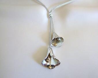 Vintage Avon long silver calla lily necklace (J12)