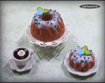 Dollhouse cake, miniature kouglof/pound cake with frosting and blue rose decoration, miniature food