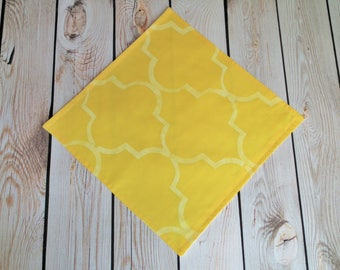 10 x 10 PENCIL YELLOW quatrefoil cloth napkin, hand stenciled yellow fabric dinner napkin, reusable, made to order