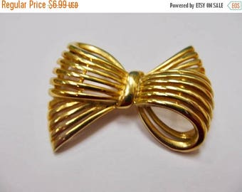 ON SALE Vintage Large Gold Tone Bow Pin Item K # 1956