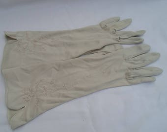 Oyster embroidered gloves