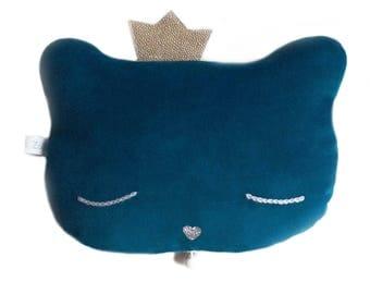 Coussin berceuse chat en velours ras de couleur bleu pétrole, yeux brodés de coton gris et nez pailleté argent
