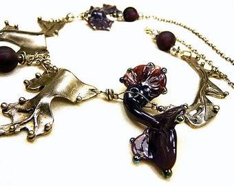 Collier aubergine argenté en bronze blanc et perles de verre au chalumeau