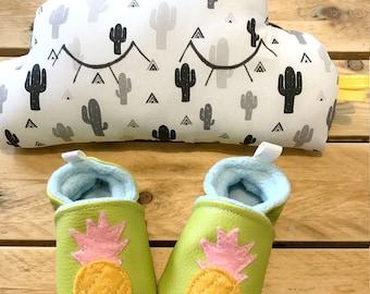 kit naissance, chaussons ananas taille 3/ 6 mois 18/19 et coussin nuage coton et polaire douce