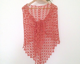 Lace shawl in wool and alpaca, peachy, crocheted hands