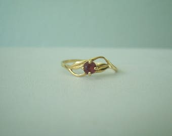 Vintage Dainty Natural Ruby Ring in 14kt Yellow Gold