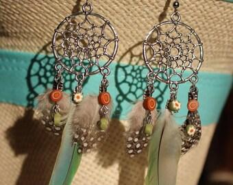 attrape rêve en  boucles d'oreilles de métal , polymère et plume