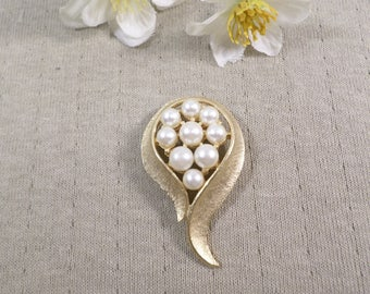 Beautiful Vintage Gold Tone Faux Pearl Brooch  DL#3254