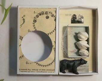 Art box, diorama réalisé dans une boîte d'allumette.Petit assemblage cabinet de curiosité.