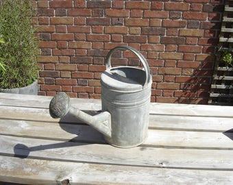 Arrosoir Can Broc cruche pichet zinc. Vintage. France.