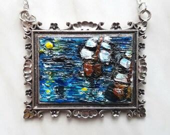 Pirati, Collana con ciondolo dipinto a mano, rappresentante due velieri nel mare in burrasca