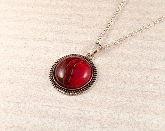 Pendant necklase in red acrylic