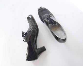 1940s Black Peep Toe Lace and Patent Heels - US8AAA