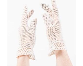 Vintage white cotton crochet gloves / Bright white wrist length spring gloves / Wedding bridal / S