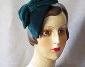Hütchen Headpiece Samt dunkelgrün grün Tannegrün Schleiefe Tropfen tropfenförmig Haarschmuck Fascinator Minihut Hütchen Kopfschmuck elegant