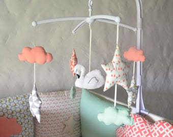 Mobile musical baby girl 'Swann' - Swan, clouds and stars graphics colors white, ecru, pink, coral, mint,.