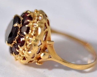 Ring 18kt Gold yellow colour with natural garnet stone