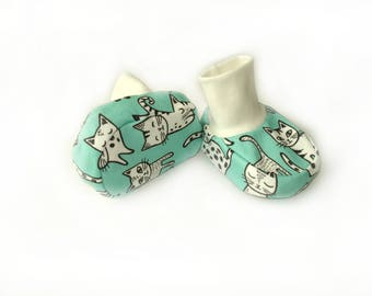Cute kittens against a menthol Organic baby clothes baby booties baby shoes organic jersey baby booties with cuffs Slippers Baby Socks