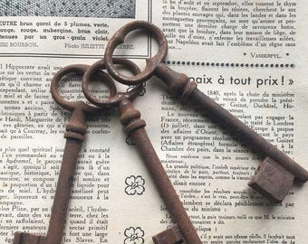 Set of 3 French vintage big size rusted door keys , decoration item from France ref102