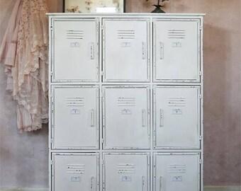 """Armario gabinete metálico de estilo """"lockers"""" con 9 estantes para organizar."""