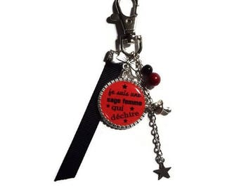 """Keychain / bag charm gift wise woman """"I am a wise woman who rocks"""" red and black"""