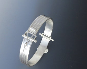 Hinged Bangle with Patterned Band