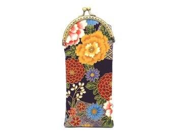 Etui à lunettes en tissu japonais prune à fleurs rouges, jaunes et bleues, fermé par un fermoir métallique bronze
