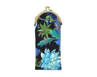 Etui à lunettes en coton noir à fleurs bleues, fermé par un fermoir métallique bronze