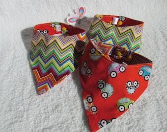 bandana bavoir avec petite auto multi couleur sur fond rouge