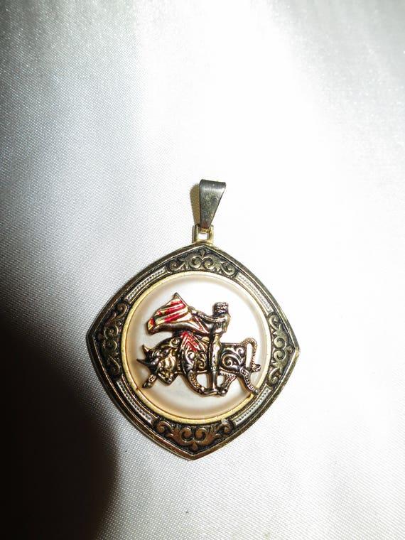 Lovely vintage goldtone Spanish matador damascene pendant