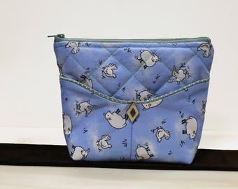 Petite trousse molleton mouton, deux poches avant et une grande ouverture fermeture éclair // Small blue bag with sheep
