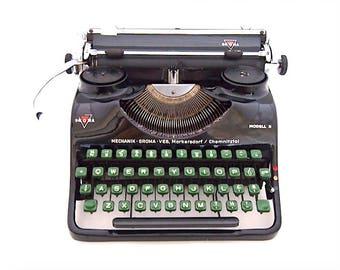 Groma modell N typewriter, 1940s, black typewriter, working typewriter, portable typewriter, green keys, in perfect condition.