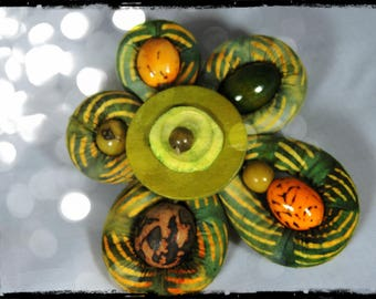 BIVOUAC brooch - Flower 5 petals of fabric in predominantly green, orange, Brown and khaki - wood and metal (bronze) and seed beads