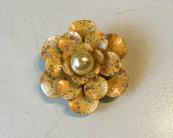 Vintage 1960s Metal Speckled Gold Flower Brooch with Pearl