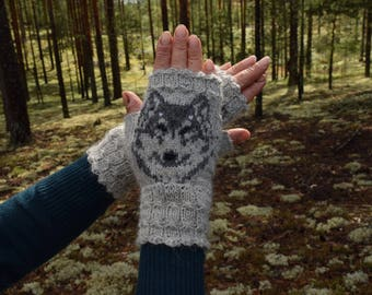 Mitts with wolves