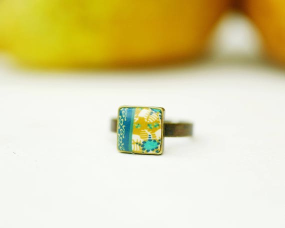 Patterns 'Helixine' yellow flowers square cabochon ring