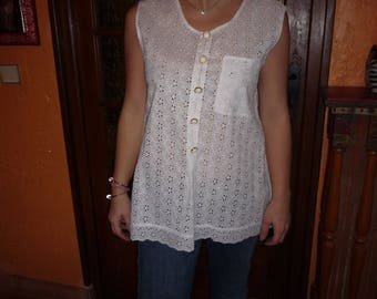 White romantic shirt sleeveless in broderie anglaise