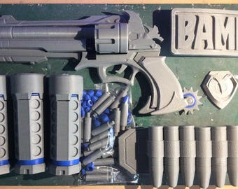 Gun, Fashbangs, buckle, badge, extra bullets plus Big Bullets