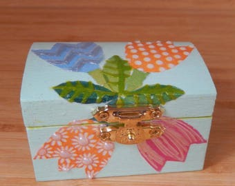 jewelery chest with tulip design with removable ring and earring holder
