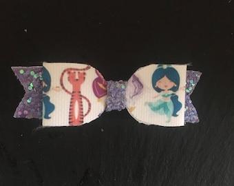 Small Jasmin glitter bow.