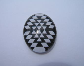 25 X 18 mm with a geometric image black and white oval glass cabochon