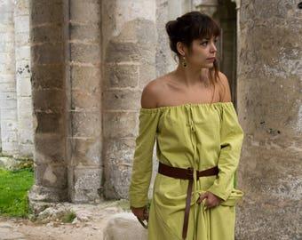 Medieval dress / historic anise naked shoulders